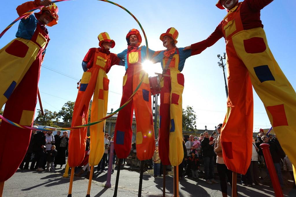 Cirkuszparádé Gólyalábas Bohócokkal 01